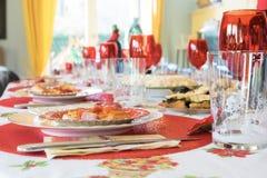 Tavola del partito di festa di ringraziamento di notte di Natale di Pasqua con il g rosso Fotografie Stock Libere da Diritti