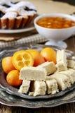 Tavola del partito: halvah, kumquat, inceppamento della pesca, torta di mirtillo fotografia stock libera da diritti