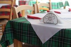 Tavola del ristorante con la tovaglia fotografia stock libera da diritti