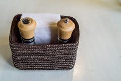 Tavola del ristorante delle bottiglie del sale e del pepe del primo piano Immagini Stock Libere da Diritti