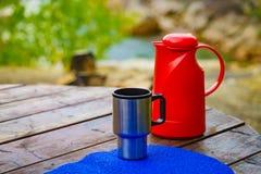 Tavola del sito di picnic con il termos e la tazza termica, fotografia stock libera da diritti