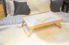 Tavola del vassoio con il libro su un letto fotografie stock libere da diritti