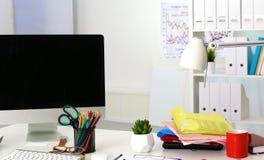 Tavola dell'ufficio con il blocco note ed il computer portatile in bianco Immagine Stock Libera da Diritti