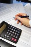Tavola dell'ufficio con il calcolatore, la penna ed il documento contabile Fotografia Stock Libera da Diritti