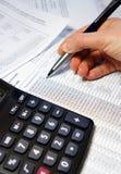 Tavola dell'ufficio con il calcolatore, la penna ed il documento contabile Fotografia Stock