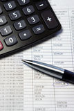 Tavola dell'ufficio con il calcolatore, la penna ed il documento contabile Fotografie Stock