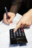 Tavola dell'ufficio con il calcolatore, la penna ed il documento contabile Immagini Stock