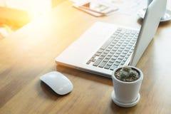 Tavola dell'ufficio con il computer portatile, Immagini Stock Libere da Diritti