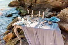 Tavola della decorazione di nozze vicino al mare o all'oceano Fotografie Stock Libere da Diritti
