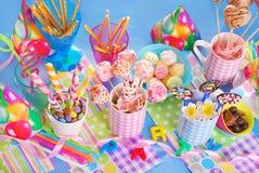 Tavola della festa di compleanno con i dolci per i bambini Fotografie Stock Libere da Diritti