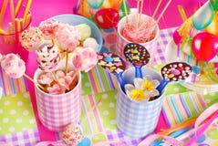Tavola della festa di compleanno con i dolci per i bambini Immagine Stock