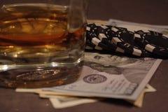 Tavola della mazza con soldi e whiskey fotografia stock libera da diritti