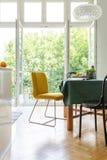 Tavola della sala da pranzo con le sedie gialle e nere, foto reale fotografia stock