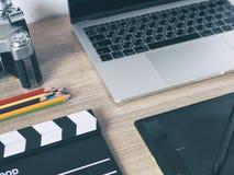 Tavola della scrivania con, computer portatile, Smart Phone, pensil, Ca Fotografie Stock