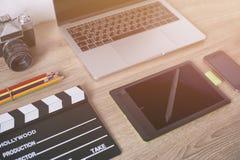Tavola della scrivania con, computer portatile, Smart Phone, pensil, Ca Immagini Stock