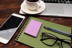 Tavola della scrivania con i rifornimenti Posto di lavoro ed oggetti piani di affari di disposizione Vista superiore Copi lo spaz fotografia stock libera da diritti