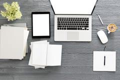 Tavola della scrivania con il computer del labtop, lo Smart Phone in bianco della rivista e la tazza di caffè Vista superiore con Fotografie Stock