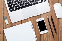 Tavola della scrivania con il computer ed i rifornimenti immagine stock libera da diritti