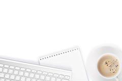 Tavola della scrivania con il computer, i rifornimenti e la tazza di caffè Fotografia Stock