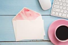 Tavola della scrivania con il computer, i rifornimenti e la tazza di caffè immagine stock