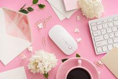 Tavola della scrivania con il computer, i rifornimenti e la tazza di caffè immagine stock libera da diritti