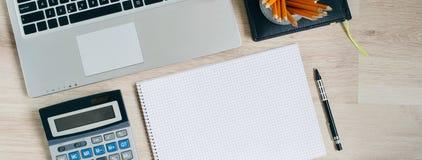 Tavola della scrivania con il computer, i rifornimenti ed il calcolatore Vista superiore con lo spazio della copia Fotografie Stock