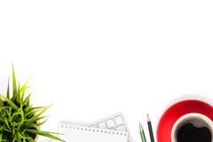 Tavola della scrivania con il computer, i rifornimenti, la tazza di caffè ed il fiore Fotografia Stock