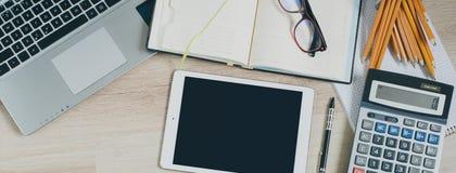 Tavola della scrivania con il computer, la compressa, i rifornimenti ed il calcolatore Vista superiore con lo spazio della copia Immagini Stock Libere da Diritti