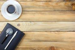 Tavola della scrivania con il computer, penna e una tazza di caffè, lotto delle cose Vista superiore con lo spazio della copia Fotografie Stock Libere da Diritti