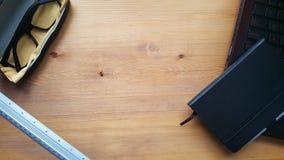 Tavola della scrivania con il computer portatile, il righello ed il taccuino Immagine Stock Libera da Diritti