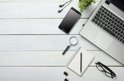 Tavola della scrivania con il computer, rifornimenti, fiore Vista superiore Copi lo spazio per testo Immagini Stock