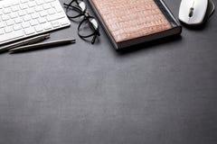 Tavola della scrivania con il pc, il blocco note, i vetri, la matita e la penna Immagine Stock Libera da Diritti
