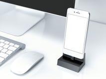 Tavola della scrivania con il pc, la tastiera e lo smartphone rappresentazione 3d Fotografia Stock