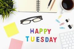 Tavola della scrivania con la parola felice di martedì Immagine Stock