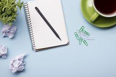 Tavola della scrivania con la vista superiore dei rifornimenti Blocco note, penna e carta variopinta Copi lo spazio per testo Immagine Stock