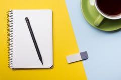 Tavola della scrivania con la vista superiore dei rifornimenti Blocco note, penna e carta variopinta Copi lo spazio per testo Fotografie Stock Libere da Diritti