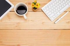 Tavola della scrivania con lo smartphone, penna sul taccuino, tazza di coffe Immagini Stock