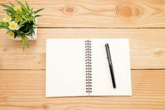 Tavola della scrivania con lo smartphone, penna sul taccuino, tazza di coffe Fotografia Stock Libera da Diritti