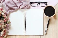 Tavola dello scrittorio con la sciarpa, carta del taccuino e tazza di caffè, vista superiore o disposizione piana con lo spazio d immagini stock