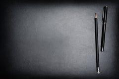 Tavola dello scrittorio del cuoio dell'ufficio dello scrittorio con la penna e la matita Spirito di vista superiore Fotografie Stock