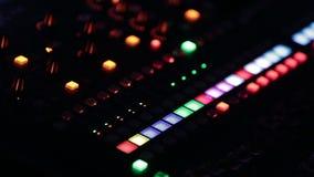 Tavola dello scrittorio del miscelatore di musica in studio di registrazione stock footage