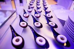Tavola di banchetto d'approvvigionamento meravigliosamente decorata con alimento differente Fotografie Stock Libere da Diritti
