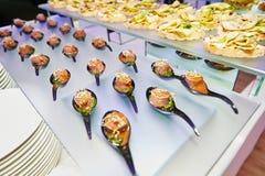Tavola di banchetto d'approvvigionamento meravigliosamente decorata con alimento differente immagine stock libera da diritti