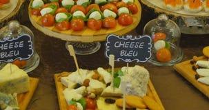 Tavola di banchetto d'approvvigionamento meravigliosamente decorata con differenti spuntini ed aperitivi dell'alimento sul comple stock footage