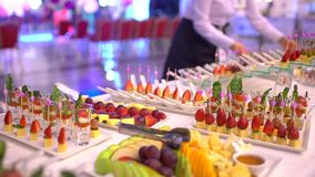 Tavola di banchetto d'approvvigionamento meravigliosamente decorata con le canape dello spuntino in ristorante o in hotel, cameri video d archivio