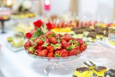 Tavola di banchetto meravigliosamente decorata con frutta fresca Fotografia Stock Libera da Diritti