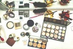 Tavola di bellezza con i vari cosmetici per trucco fotografia stock libera da diritti