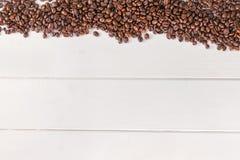 Tavola di bianco dei chicchi di caffè Immagini Stock Libere da Diritti