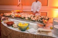 Tavola di buffet con frutti di mare con gamberetto ed i granchi sul banchetto di lusso di evento Concetto di servizio di approvvi fotografia stock libera da diritti