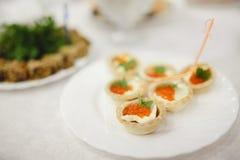 Tavola di buffet d'approvvigionamento con di servizio ristoro delizioso fotografie stock